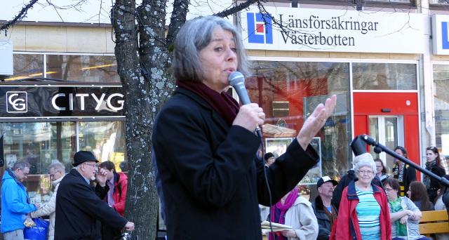 Åsa Moberg talar på torget.